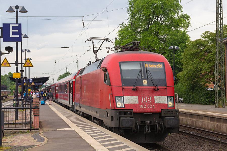 182 024 mit dem IRE 18096 während des Halts im Bahnhof Uelzen.