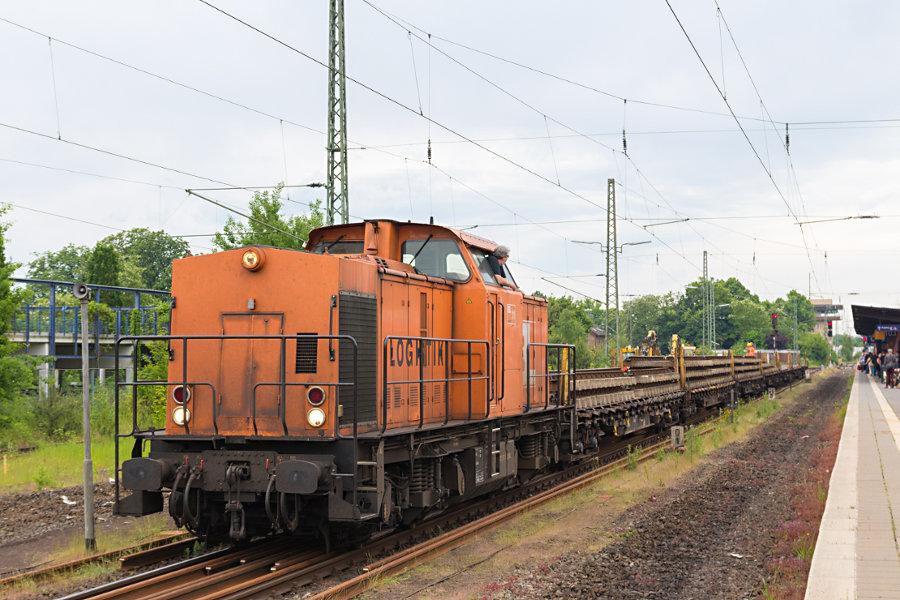 BBL 11 (203 157) mit einem Bauzug im Bahnhof Uelzen.