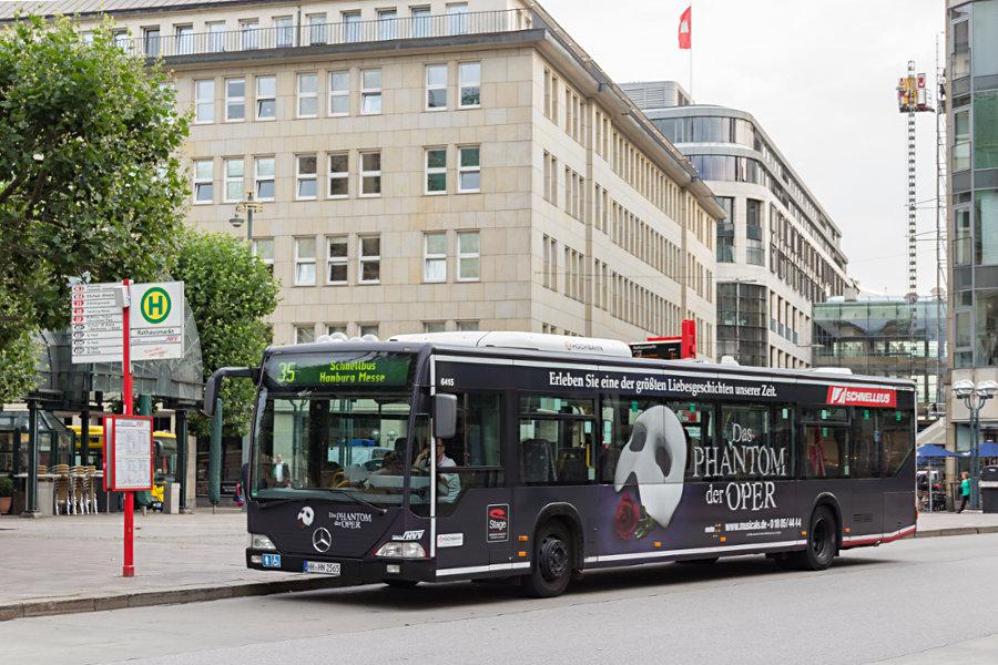 HHA 6415 auf der Linie 35 an der Haltestelle Rathausmarkt.