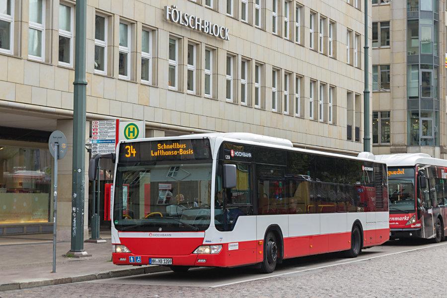HHA 1209 auf der Schnellbus-Linie 34 an der Haltestelle Rathausmarkt.