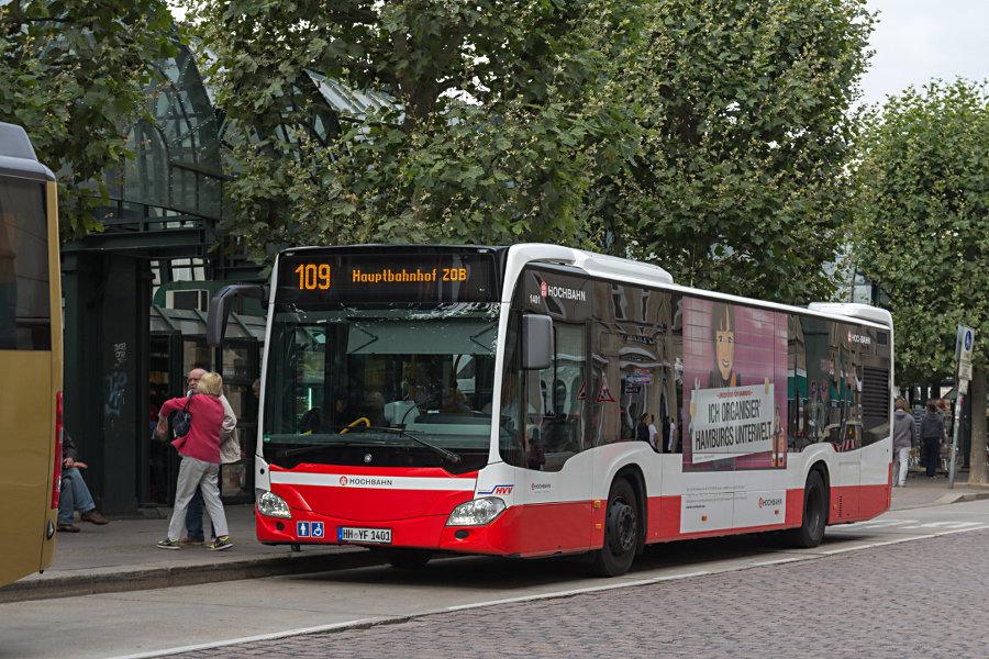 HHA 1401 auf der Linie 109 an der Haltestelle Rathausmarkt.