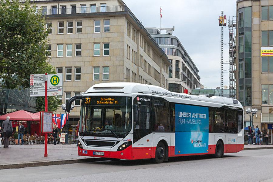 HHA 1475 auf der Schnellbus-Linie 37 an der Haltestelle Rathausmarkt.