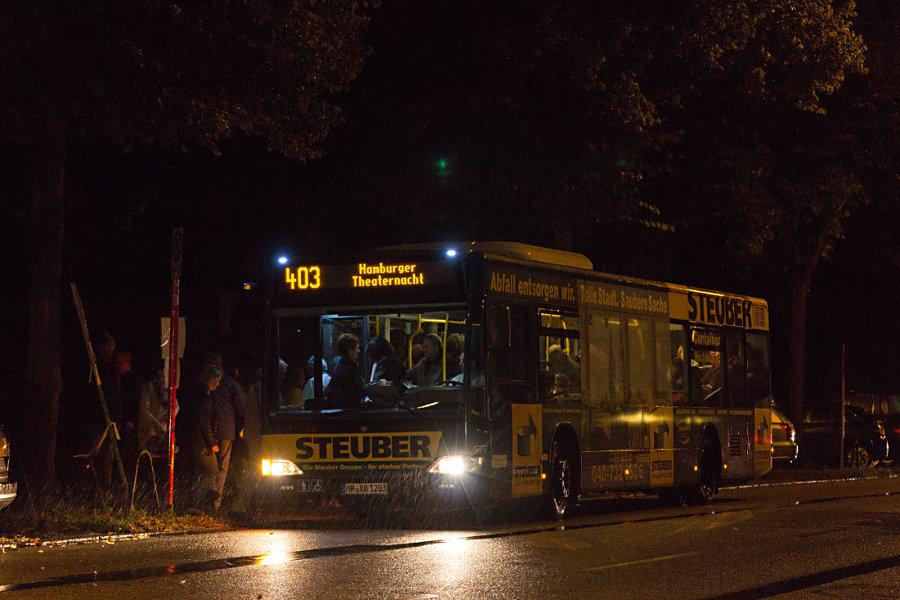 HHA 1203 auf der Sonderlinie 403 an der Haltestelle Kammerspiele/Loogensaal bei der Hamburger Theaternacht 2015.