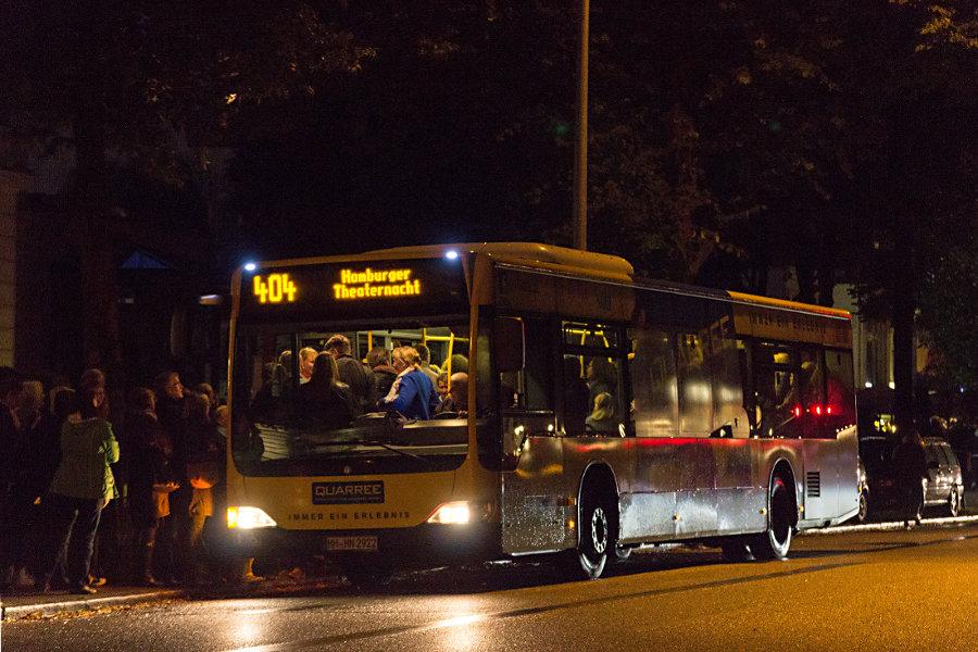 HHA 2922 auf der Sonderlinie 403 an der Haltestelle Kammerspiele/Loogensaal bei der Hamburger Theaternacht 2015.