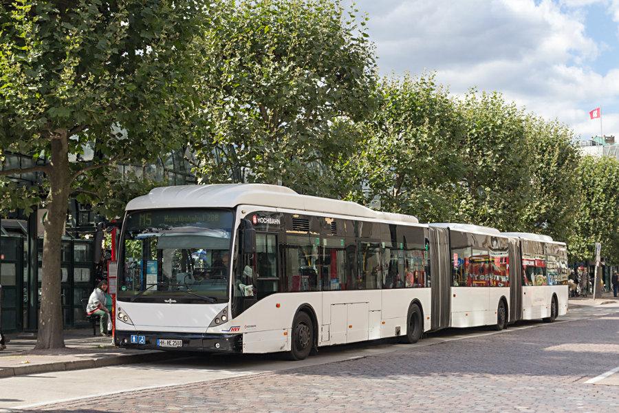 HHA 8508 auf der Linie M5 an der Haltestelle Rathausmarkt.