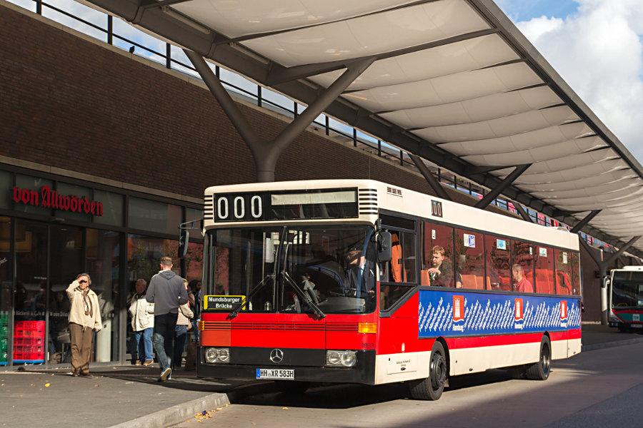 HOV 1983 (ex HHA 1983) auf der Busanlage U/S Barmbek (Seite Wiesendamm).