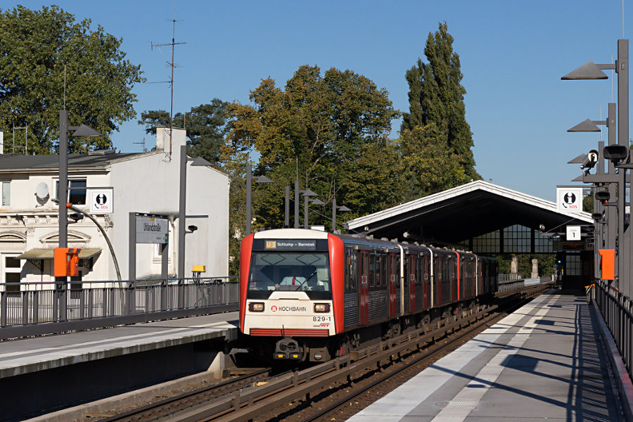 DT 3 829 mit unbekanntem Bruder in der Haltestelle Uhlandstraße.