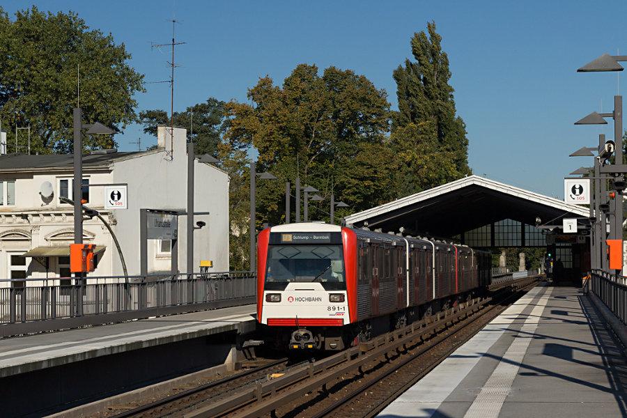 DT 3 891 mit unbekanntem Bruder in der Haltestelle Uhlandstraße.