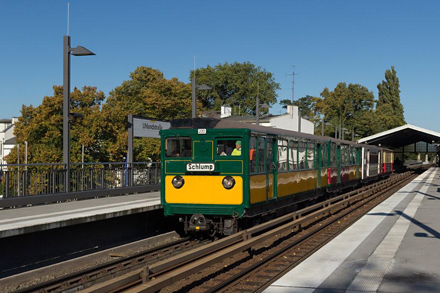 T6 220, T1 11, TU2 8762 und TU1 8838 bei der Durchfahrt der Haltestelle Uhlandstraße.