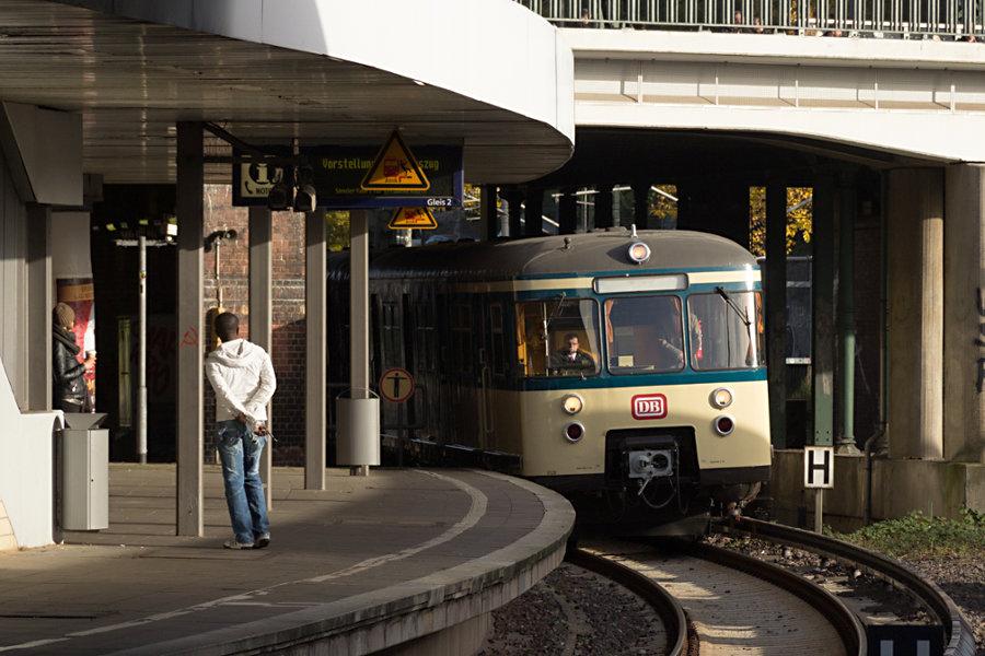 470 128 bei seiner Neuvorstellung als Museumszug im S-Bahnhof Berliner Tor.