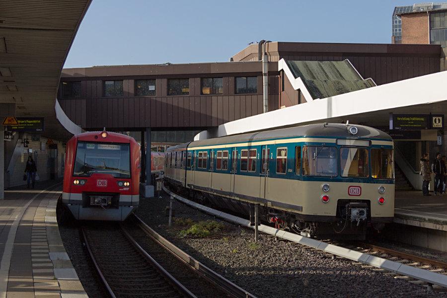 470 128 neben 474 4010 bei seiner Neuvorstellung als Museumszug im S-Bahnhof Berliner Tor.