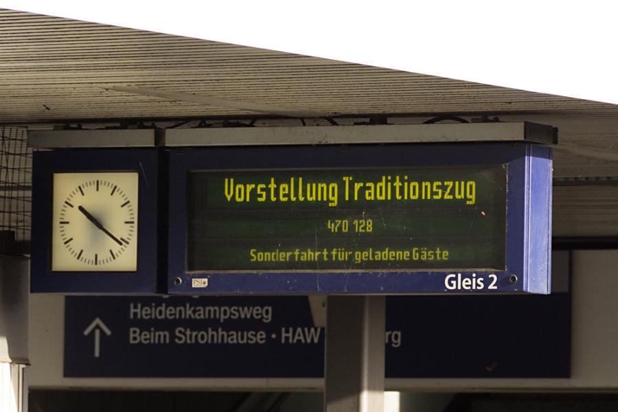 Anzeigetafel bei der Neuvorstellung des 470 128 als neuer Museumszug im S-Bahnhof Berliner Tor.