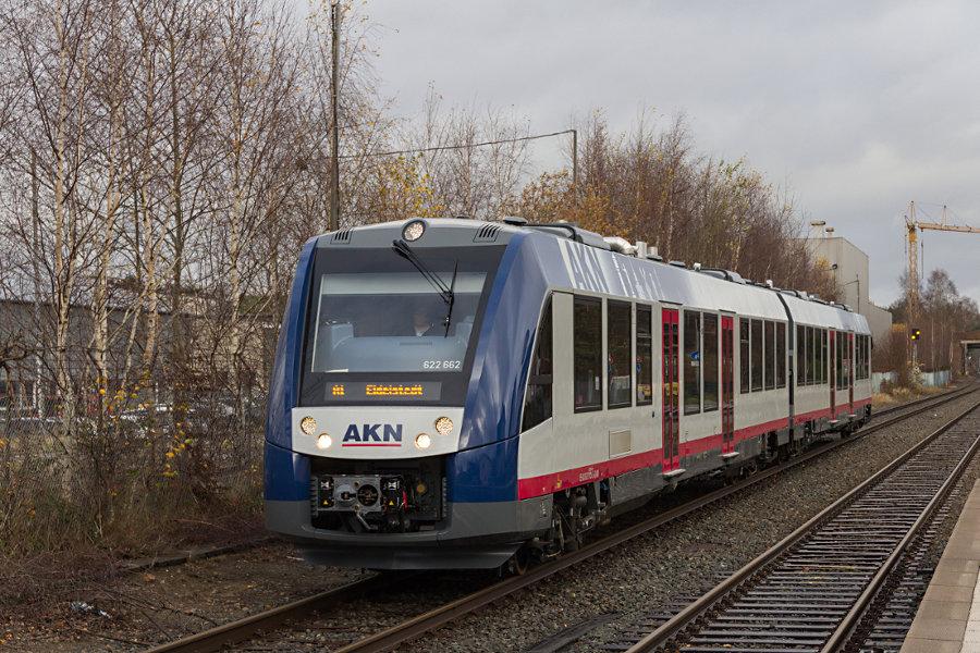 AKN 622 162 bei der Einfahrt in den Bahnhof Tanneneck.