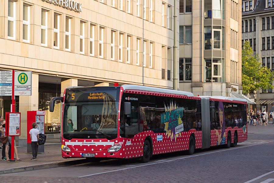 HHA 4502 auf der Line 5 an der Haltestelle Rathausmarkt.