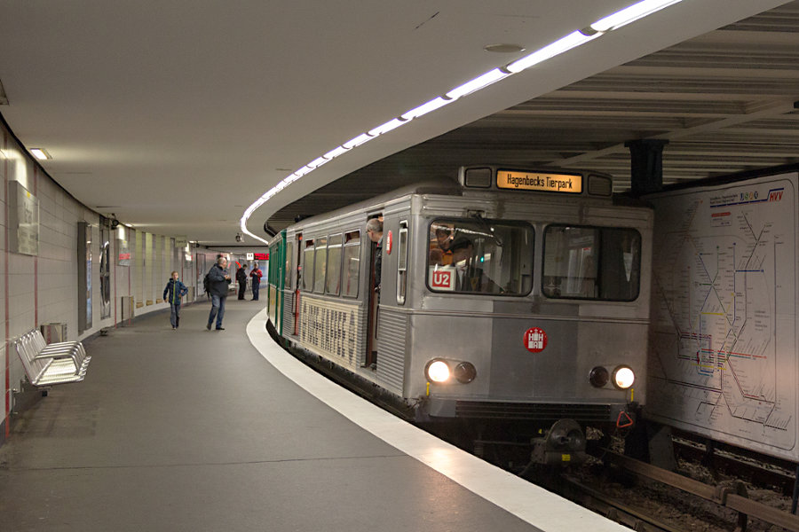Der T/TU-Zug der Hochbahn während des 16. Verkehrshistorischen Tags in der Haltestelle Rathaus.