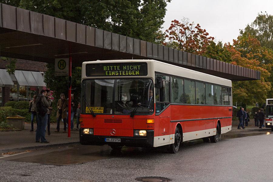 HOV 2575 während des 16. Verkehrshistorischen Tags an der Haltestelle U Niendorf Markt.