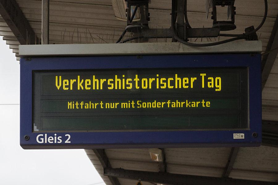 Anzeiger der S-Bahn während des 16. Verkehrshistorischen Tags im Bahnhof Eidelstedt.