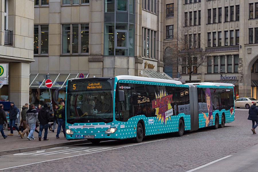 HHA 4501 auf der Linie 5 an der Haltestelle Rathausmarkt.