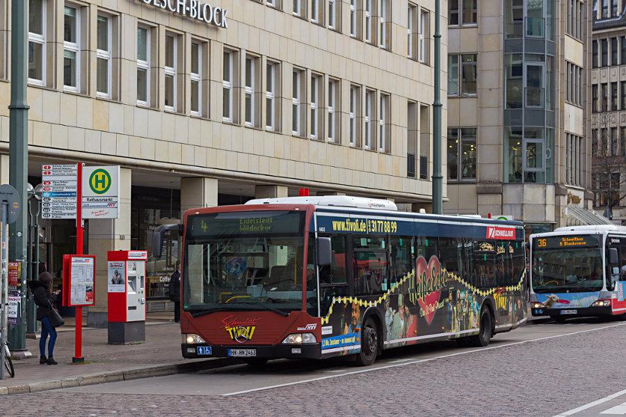 HHA 6403 auf der Linie 4 an der Haltestelle Rathausmarkt.