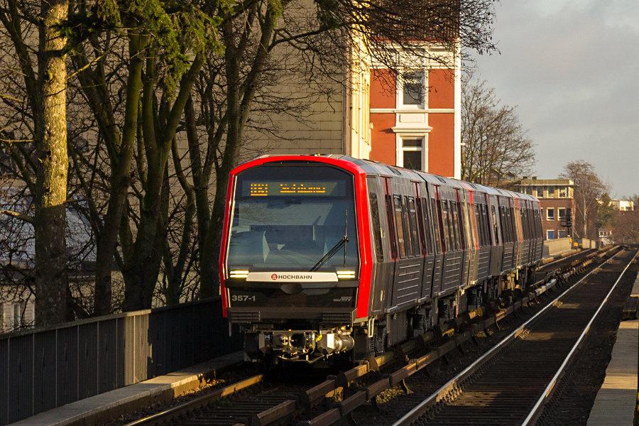 DT 5 357 bei der Einfahrt in die Haltestelle Mundsburg.