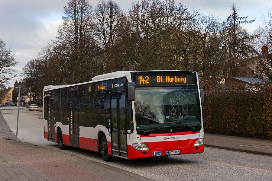 HHA 1622 auf der Linie 142 bei der Ausfahrt aus der Haltestelle AK Harburg.