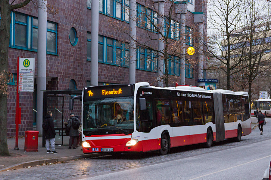 HHA 7447 auf der Linie 14 an der Haltestelle Harburger Ring.