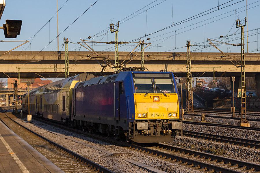 Metronom-Leihlok 146 520 mit ME 81613 bei der Ausfahrt aus dem Bahnhof Hamburg-Harburg.