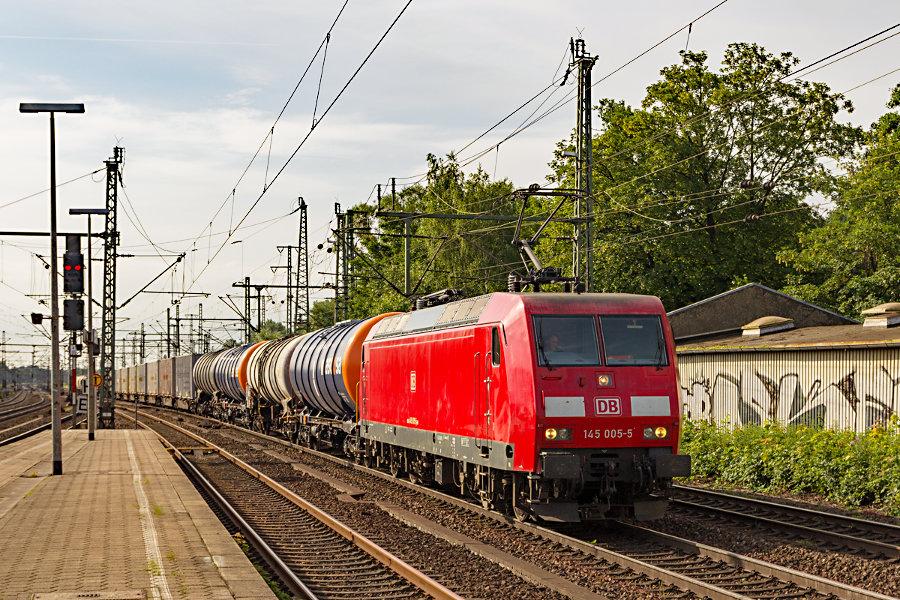 145 005 durchfährt mit einem Güterzug den Bahnhof Hamburg-Harburg.