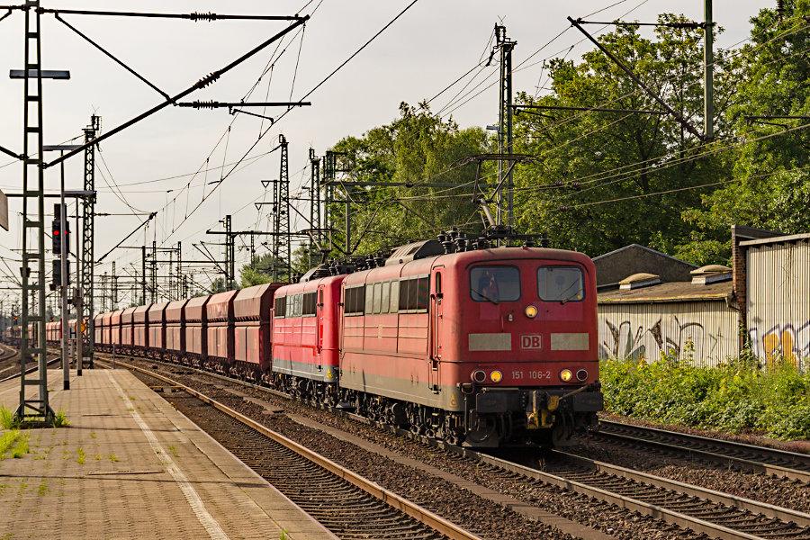 151 106 und 151 098 durchfahren mit einem Ganzzug den Bahnhof Hamburg-Harburg.