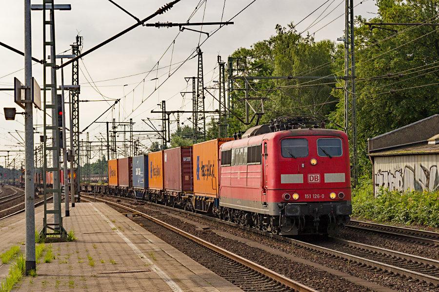 151 126 durchfährt mit einem Containerzug den Bahnhof Hamburg-Harburg.