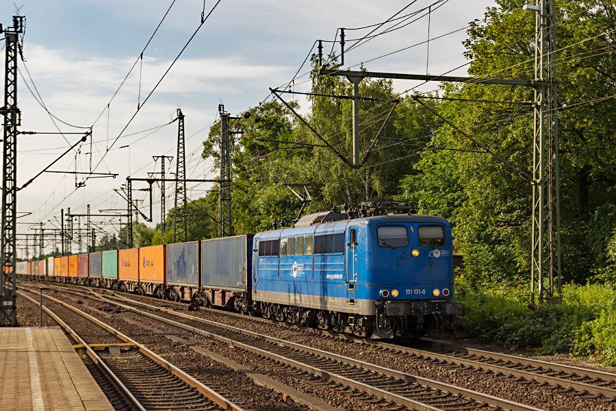 151 131 durchfährt mit einem Containerzug den Bahnhof Hamburg-Harburg.