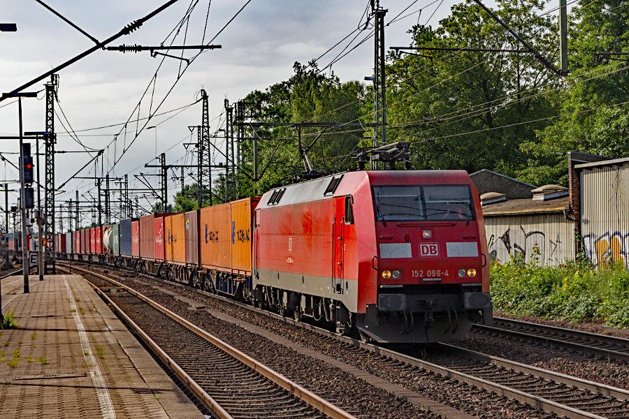 152 096 durchfährt mit einem Containerzug den Bahnhof Hamburg-Harburg.