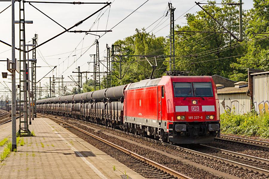 185 227 durchfährt mit einem Ganzzug den Bahnhof Hamburg-Harburg.
