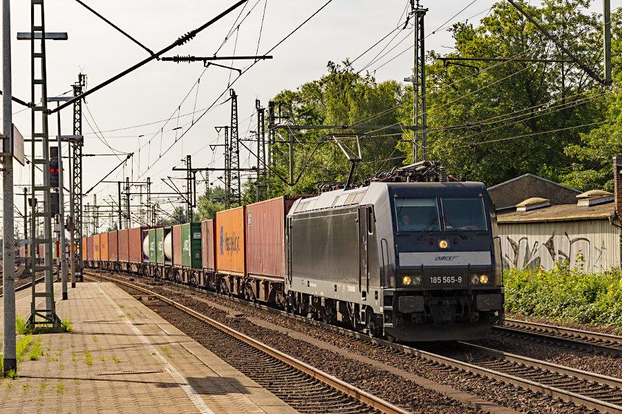 185 565 durchfährt mit einem Containerzug den Bahnhof Hamburg-Harburg.
