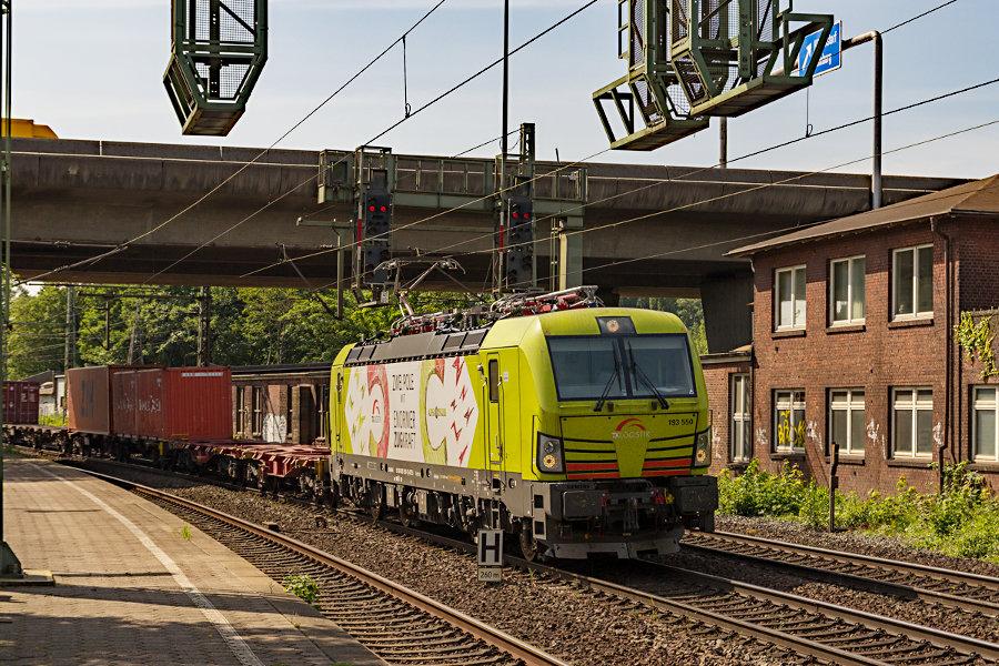 193 550 durchfährt mit einem Containerzug den Bahnhof Hamburg-Harburg.