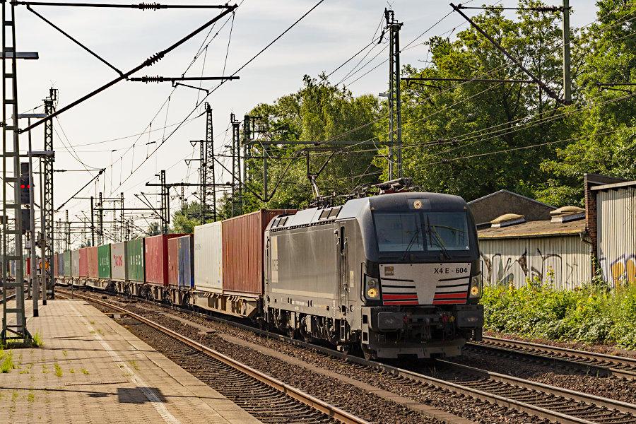 X4 E - 604 (193 604) durchfährt mit einem Containerzug den Bahnhof Hamburg-Harburg.