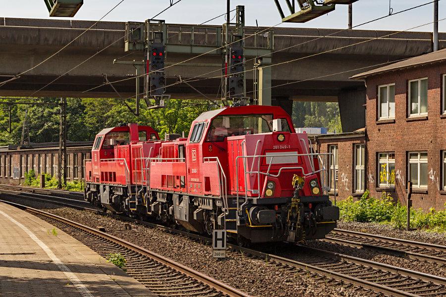 261 049 und 261 029 durchfahren den Bahnhof Hamburg-Harburg.
