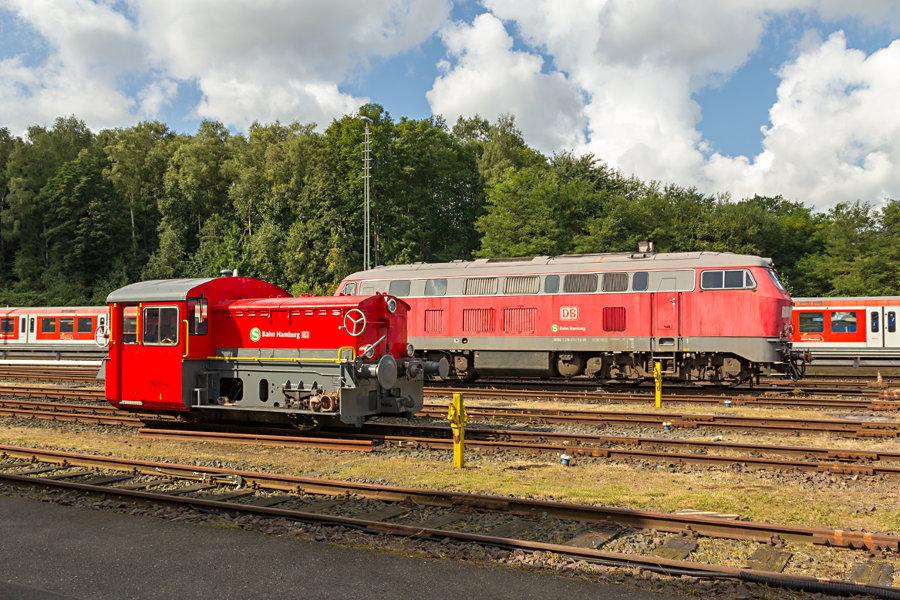 382 001 und 218 474 während des Tags der offenen Tür 2017 im Instandhaltungswerk S-Bahn Hamburg.