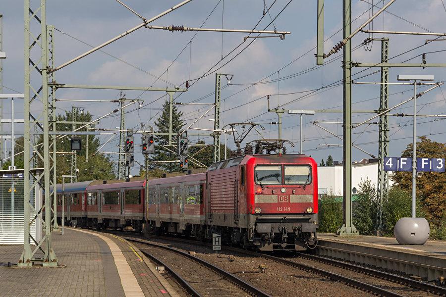 112 149 mit RB 21121 (RB77) bei der Einfahrt in den Bahnhof Neumünster.