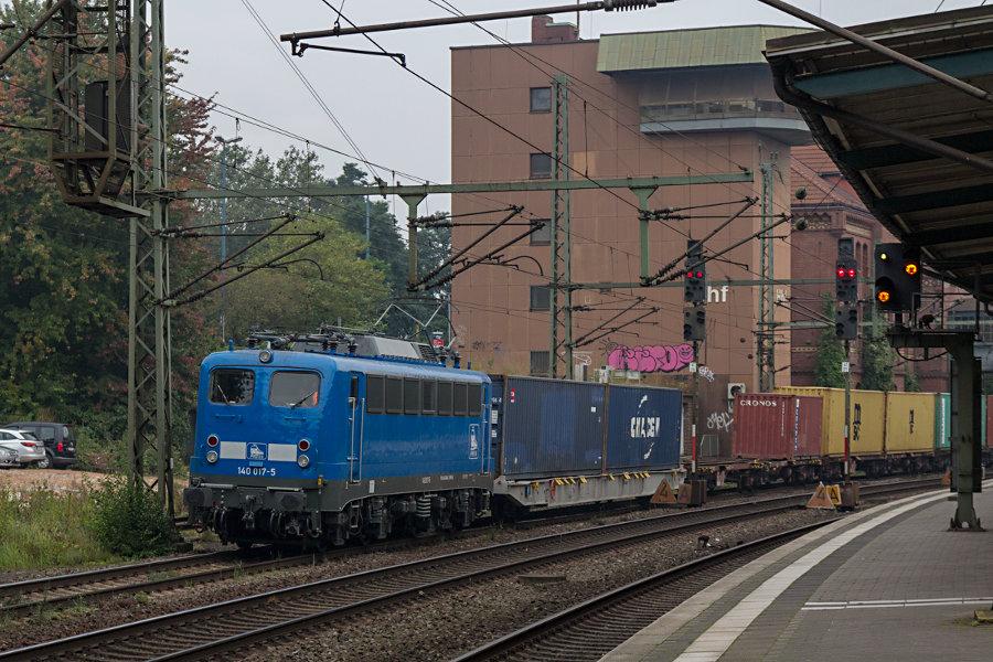 140 017 mit einem Containerzug bei der Durchfahrt durch den Bahnhof Hamburg-Harburg