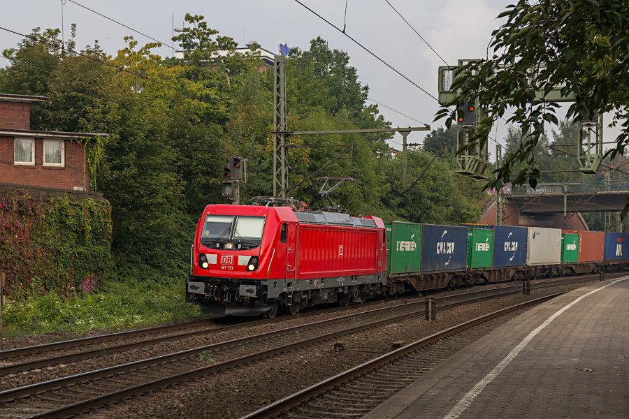 187 133 mit einem Containerzug bei der Durchfahrt durch den Bahnhof Hamburg-Harburg