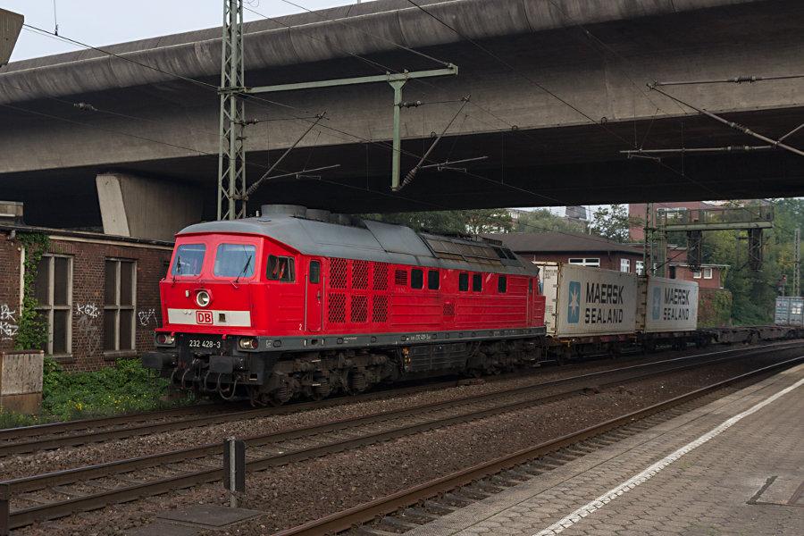 232 428 durchfährt mit einem Containerzug den Bahnhof Hamburg-Harburg.
