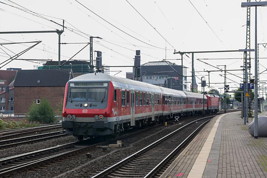 RB 21114 (RB77) bei der Ausfahrt aus dem Bahnhof Neumünster.