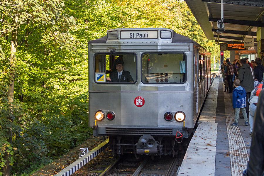 Der TU-Zug aus TU1 8838 und TU2 8762 beim 17. Verkehrshistorischen Tag 2017 in der Haltestelle Ohlstedt.