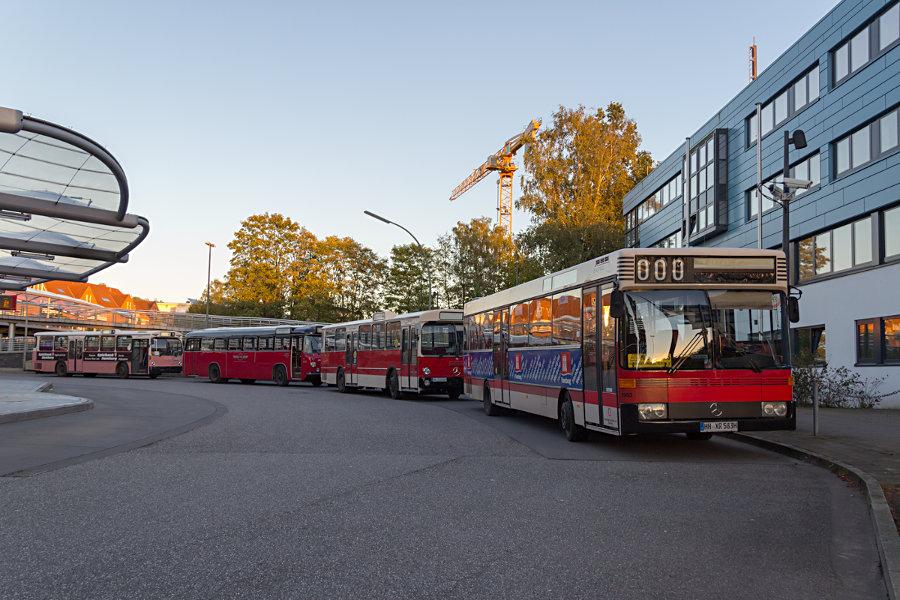 Die Wagen 1983 (HOV), 8433 (VHH), 6406 (VHH) und 6416 (HOV) beim 17. Verkehrshistorischen Tag 2017 auf der Omnibusanlage S Poppenbüttel.