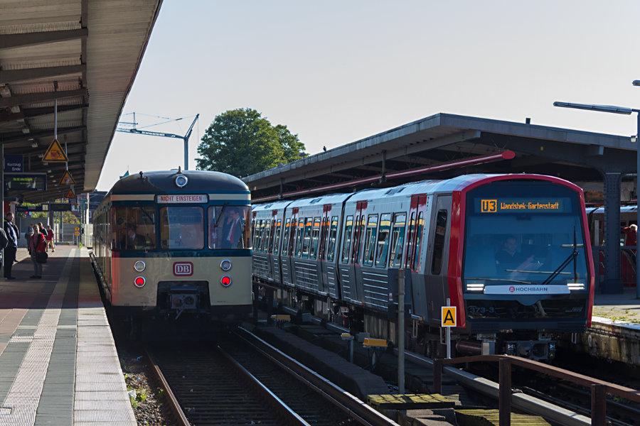 Alt trifft auf neu beim 17. Verkehrshistorischen Tag 2017 im Bahnhof Barmbek, 470 128 der HiSH und DT5 373 der HHA.