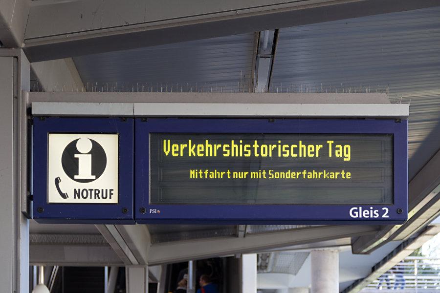 Anzeiger der S-Bahn auf dem Bahnsteig im Bahnhof Poppenbüttel beim 17. Verkehrshistorischen Tag 2017.