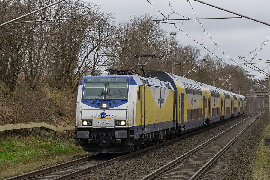 Metronom 146 534 mit ME 81919 bei der Einfahrt in den Haltepunkt Klecken.