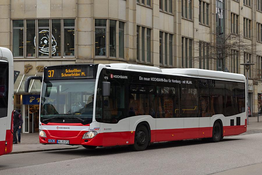 HHA 6713 auf der Linie 37 an der Haltestelle Rathausmarkt.
