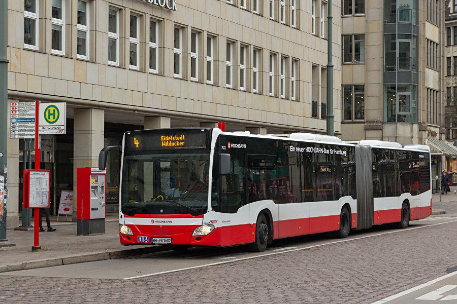 HHA 7622 auf der Linie 4 an der Haltestelle Rathausmarkt.